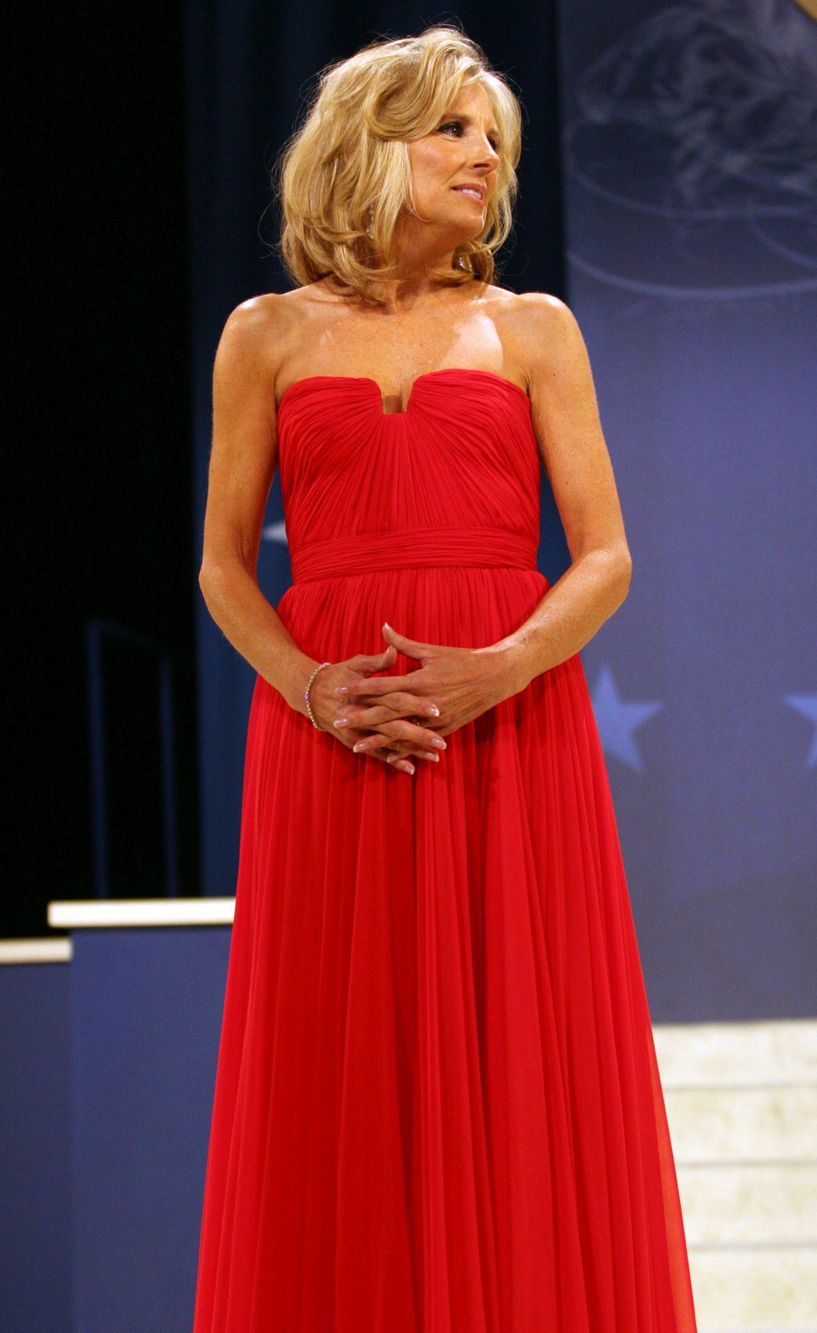 Jill Biden egy 2009-es eseményen viselte ezt a piros, pántnélküli estélyi ruhát.