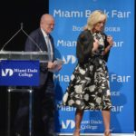 2019: Ha nem a szín, akkor a minta az, amitől látványosabbak Jill Biden klasszikus fazonú ruhái.