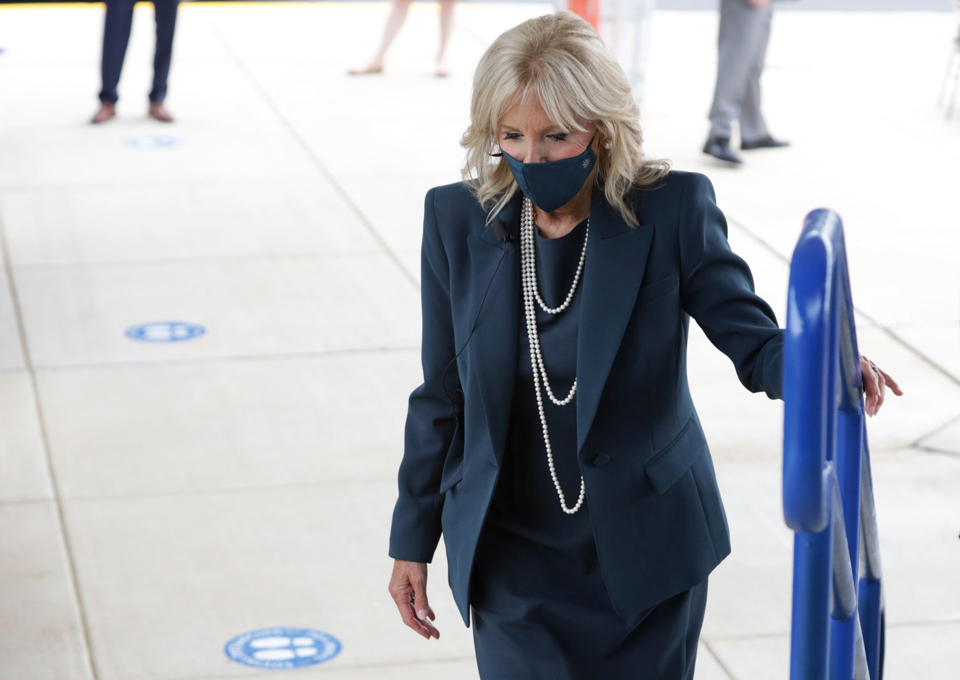 Dr. Jill Biden kedveli a a hosszú, többsoros gyöngy nyakláncokat.