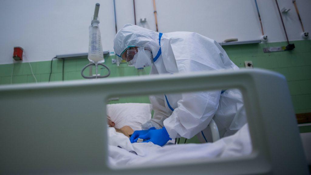 Egy ápolónő védőfelszerelésben egy beteg pulzusát méri a koronavírussal fertőzött betegek fogadására kialakított Covid Ortopéd-Traumatológiai Osztályon a fõvárosi Szent János Kórházban 2020. június 4-én. Képünk illusztráció (Fotó: MTI/Balogh Zoltán)