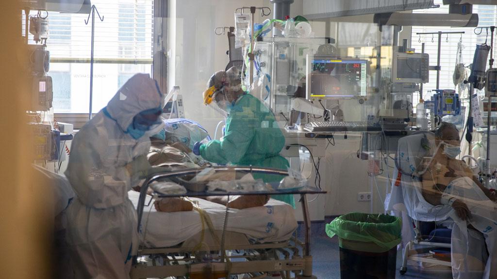 Koronavírusos betegeket ápolnak egy kórházban