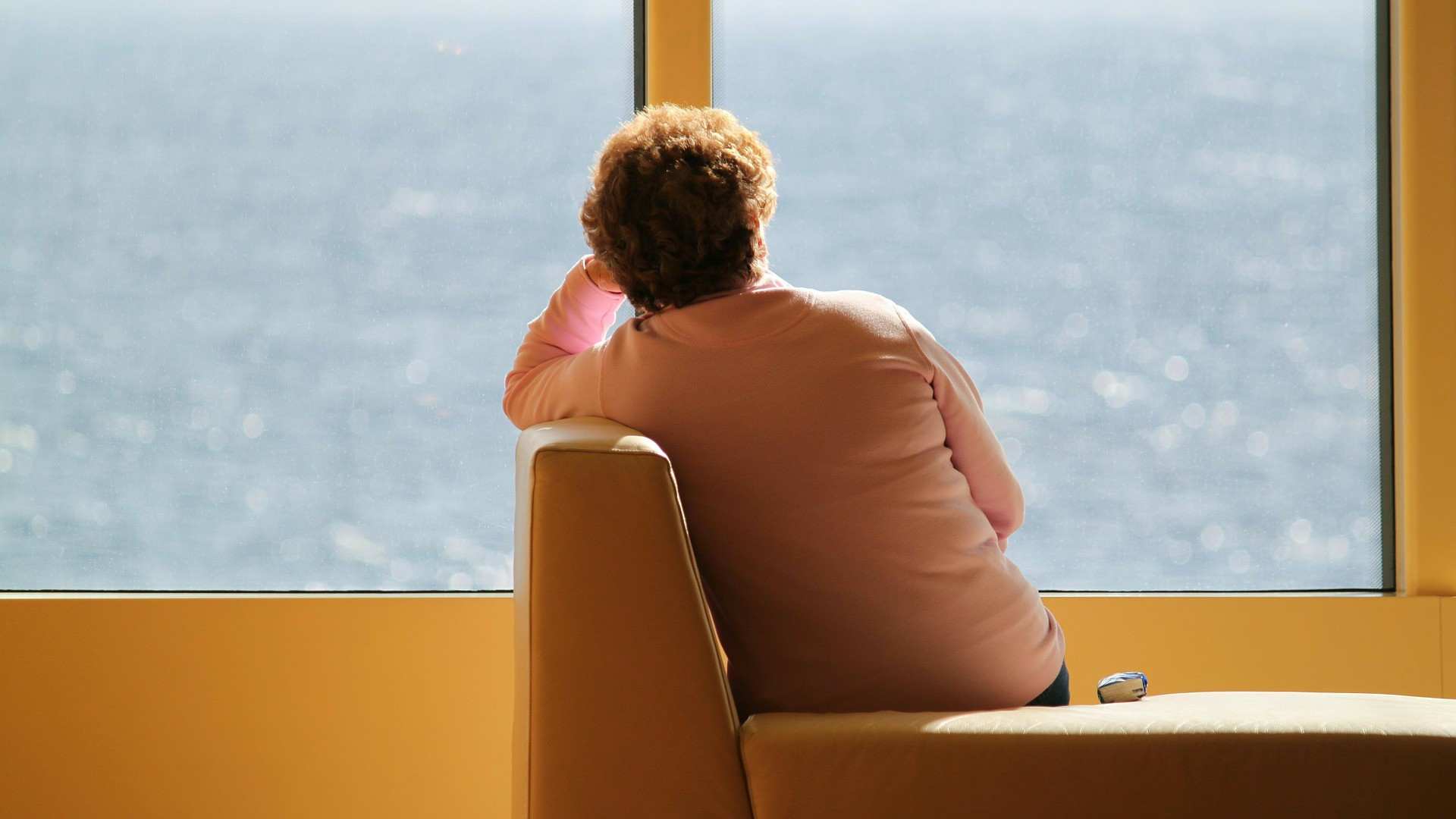 Magányos nő az ablaknál