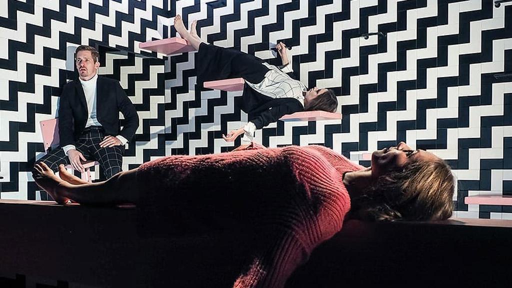 színészek fekszenek a színpadon
