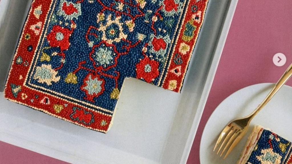 Perzsaszőnyeg kinézetű süteményeket készít a cukrász