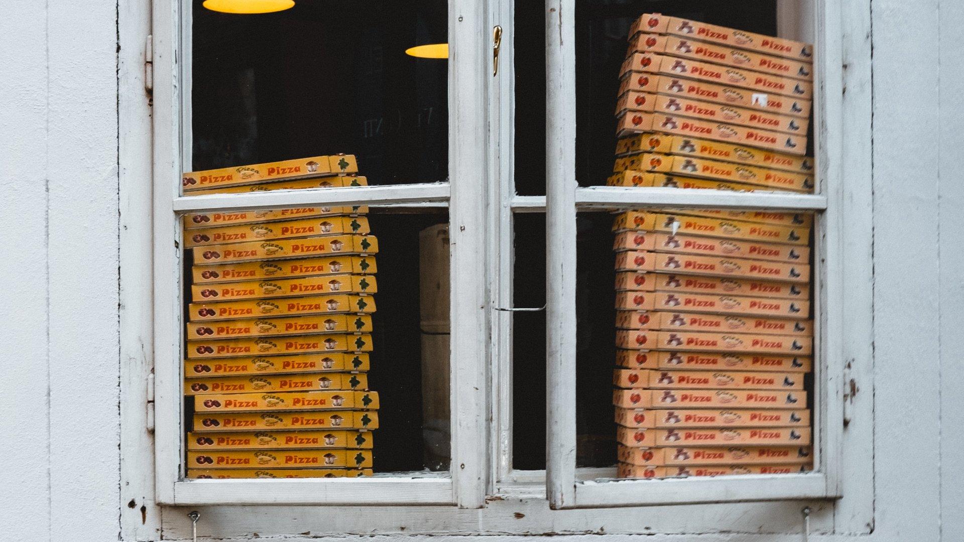 Pizzás dobozok az ablakban