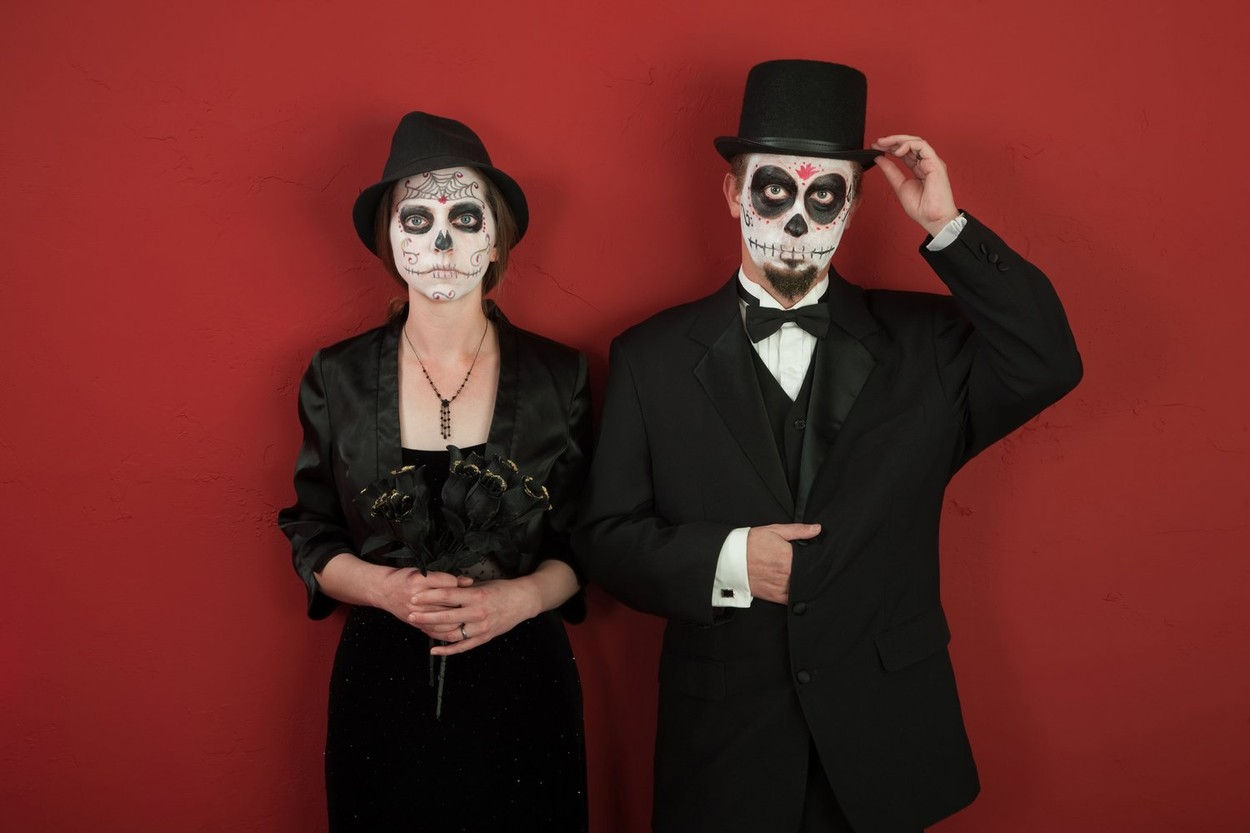 Decens zombivá is sokkal könnyebb válni, mint gondolnátok. Fekete öltözék, fehér alapon fekete smink, és indulhat a móka. (Fotó: Profimedia)