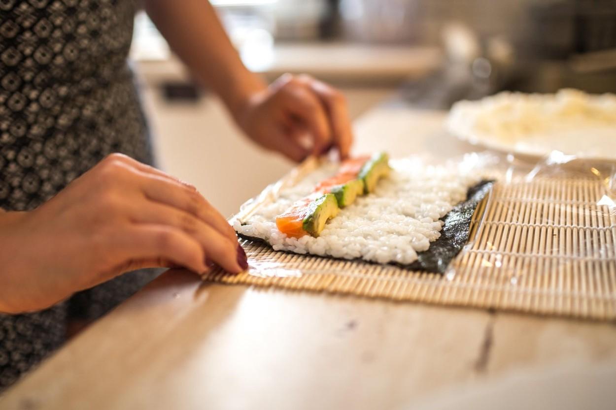 Szusit készíteni csakis ragacsos rizsből lehet. (Fotó: Profimedia)