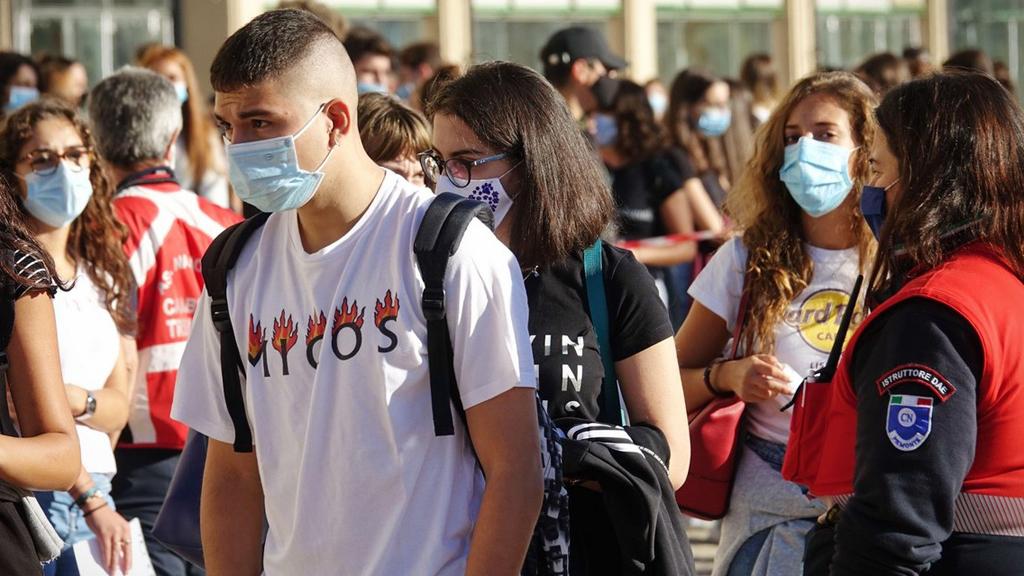 Olasz diákok egy torinói iskola előtt maszkban