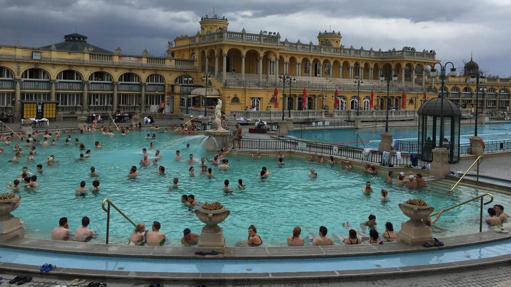 széchenyi fürdő külső medencéi