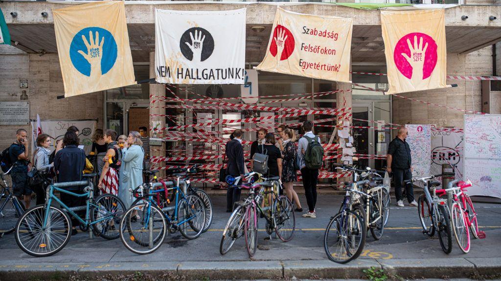 Az SZFE bejárata a tiltakozókkal (fotó: Neményi Márton)