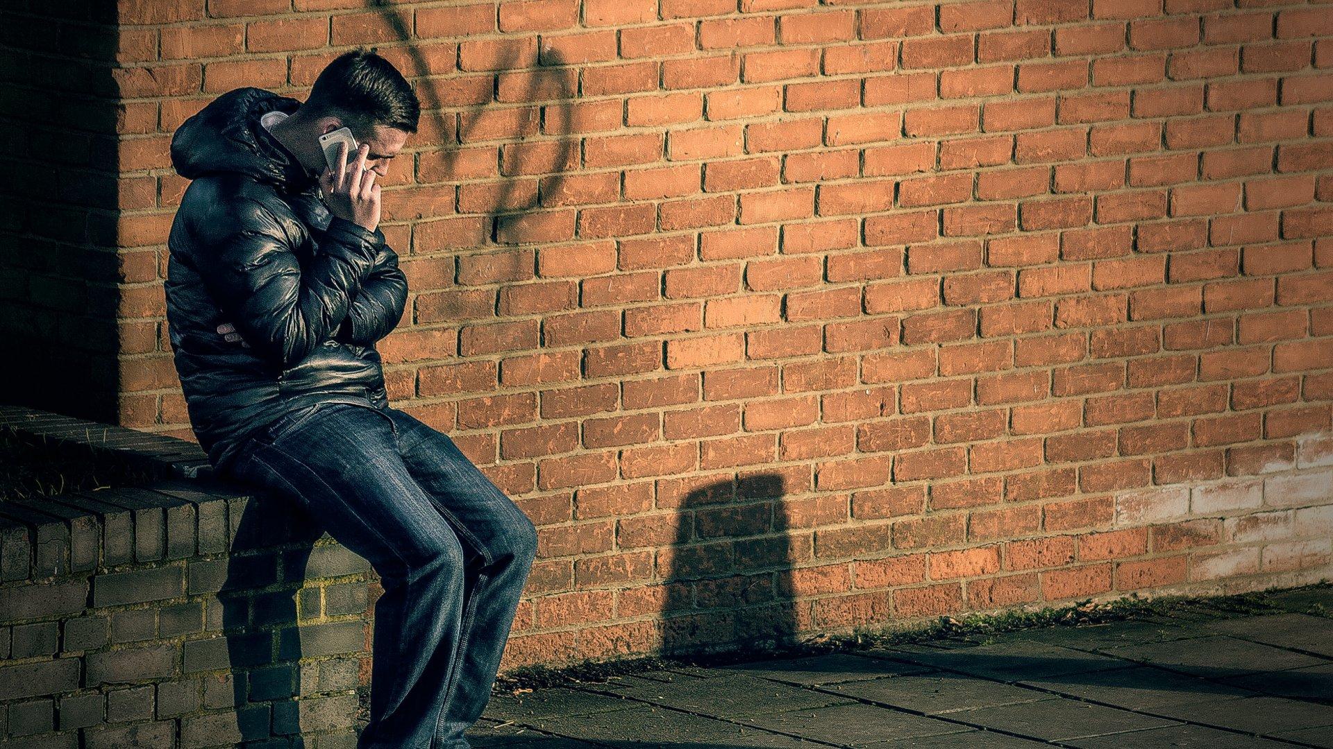 Telefonáló férfi az utcán