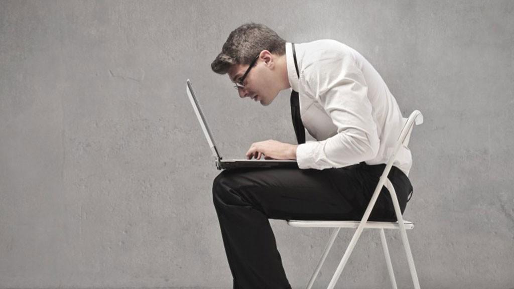 Látszólag ártatlanul ülni egy puha irodai székben igazi átok lehet egészségünk számára (x)