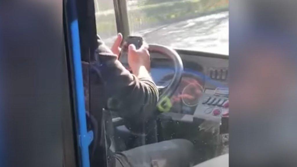 Vezetés közben mobilozott a 105-ös busz sofőrje