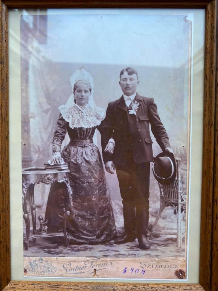 Dédszüleim 1904-es esküvője Kiskundorozsmán volt. A kép szegedi műteremben készült.Lapéta Kovács Magdolna -akkor 18 éves- és Farkas Mihály 23 éves. Bordányban, a tanyavilágban éltek. Ha jól tudom a buszmegállót ma is Farkas tanyának hívják. 5 gyermekük született , halálukig együtt maradtak. ( 88 évet élt a dédmama, 75-öt a dédpapa)Feltöltötte: Taraczky Judit