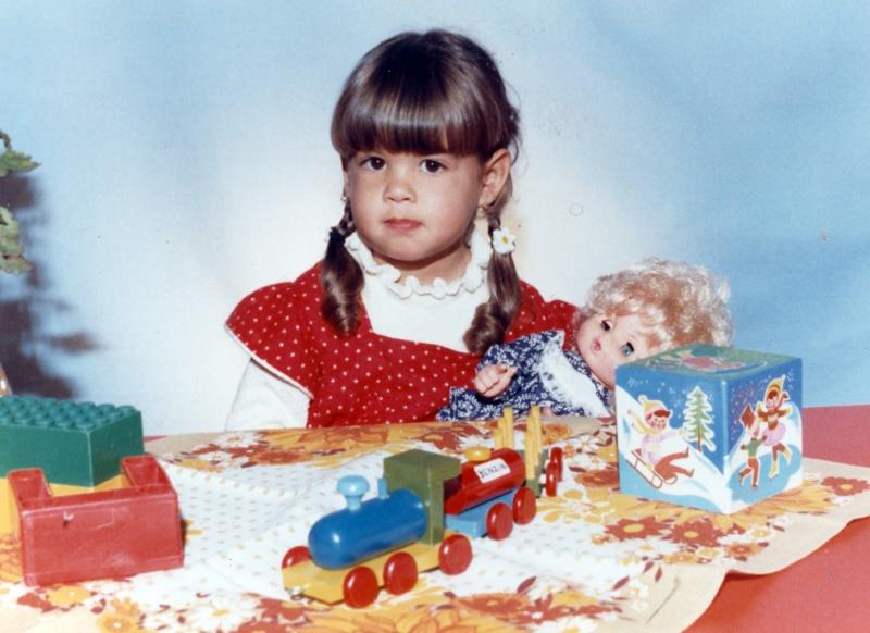 Ördög Nóra gyerekként a játékaival