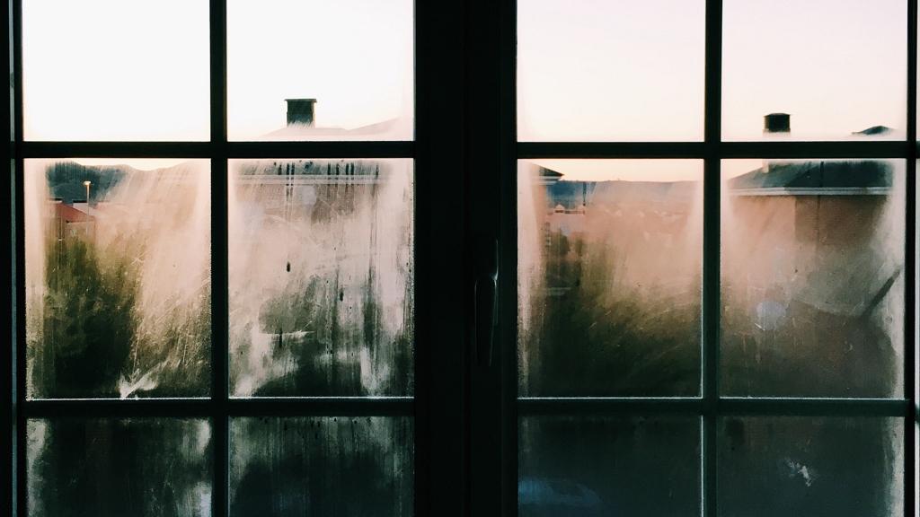Kiugrott az ablakon egy asszony
