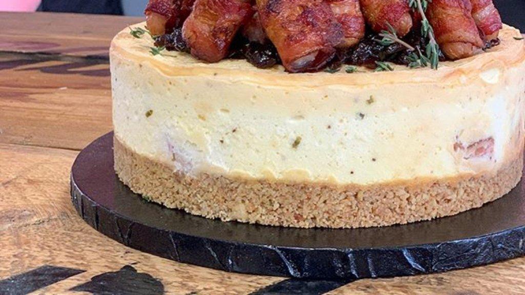 Baconös-virslis sajttorta