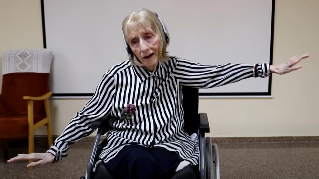 Az Alzheimer beteg balerina meghallja a zenét, és táncol rá, mint régen