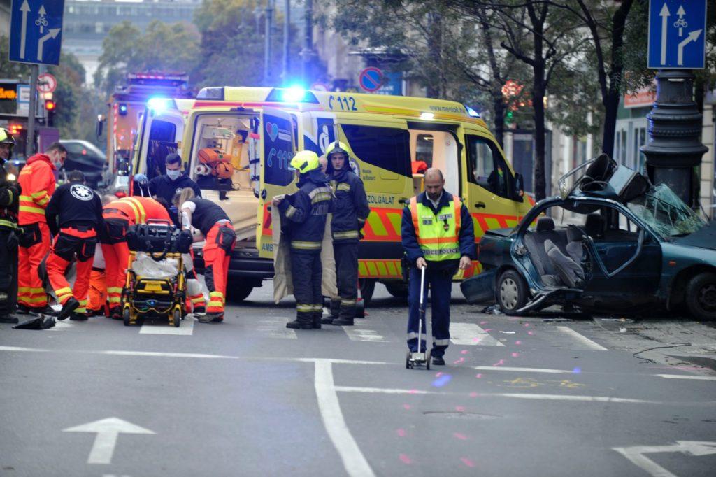 Mentősök látják el az egyik sérültet a Károly körúton történt baleset helyszínén 2020. november 1-jén, ahol egy autó villanyoszlopnak csapódott (MTI/Mihádák Zoltán)