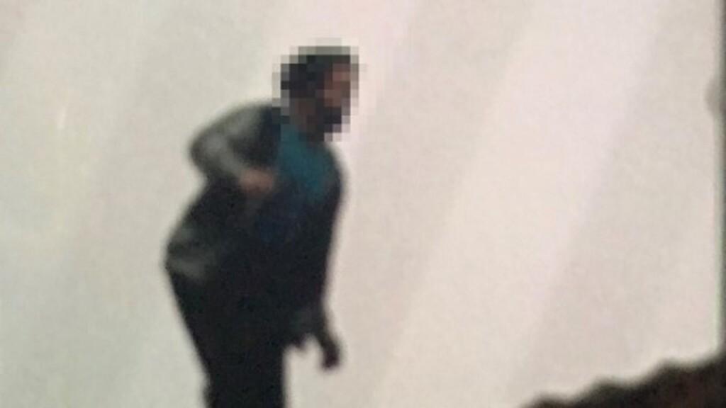 Egy háztetőn, kéménybe kapaszkodva fogtak el a rendőrök egy körözött bűnözőt