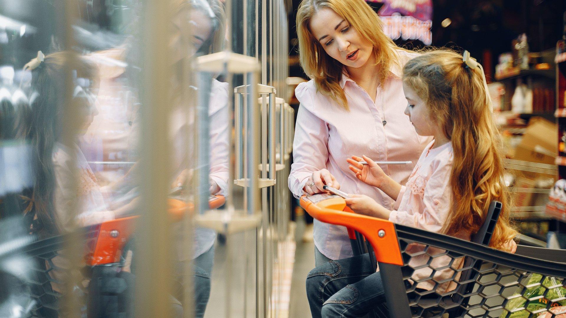 Gyerek ül egy bevásárlókocsiban