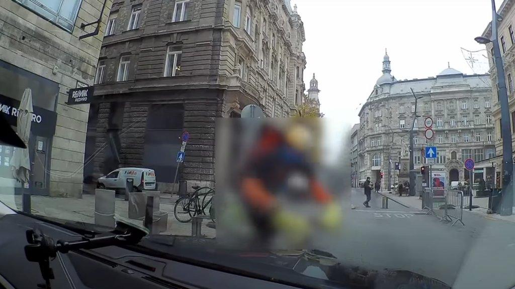 Rácsapott a bringás a motorháztetőre, behorpadt