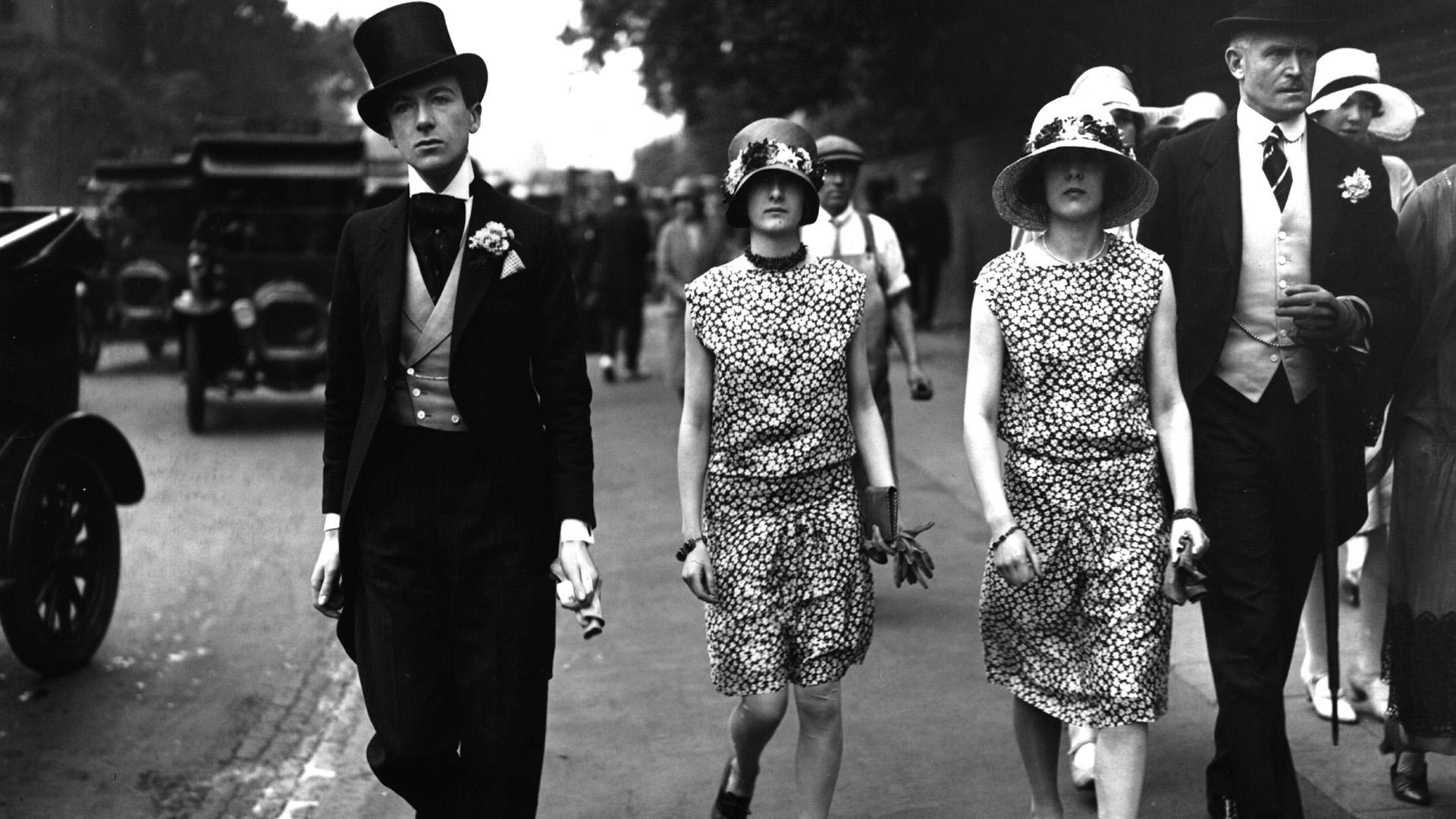 Cecil Beaton krikettmeccsre érkezik testvéreivel 1927-ben