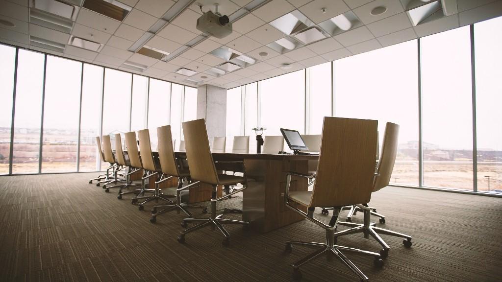 Egy üresen álló irodai tárgyaló (fotó: Pixabay)