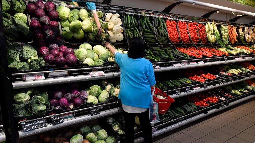 Magányos vásárlás (fotó: MTI/Máthé Zoltán)