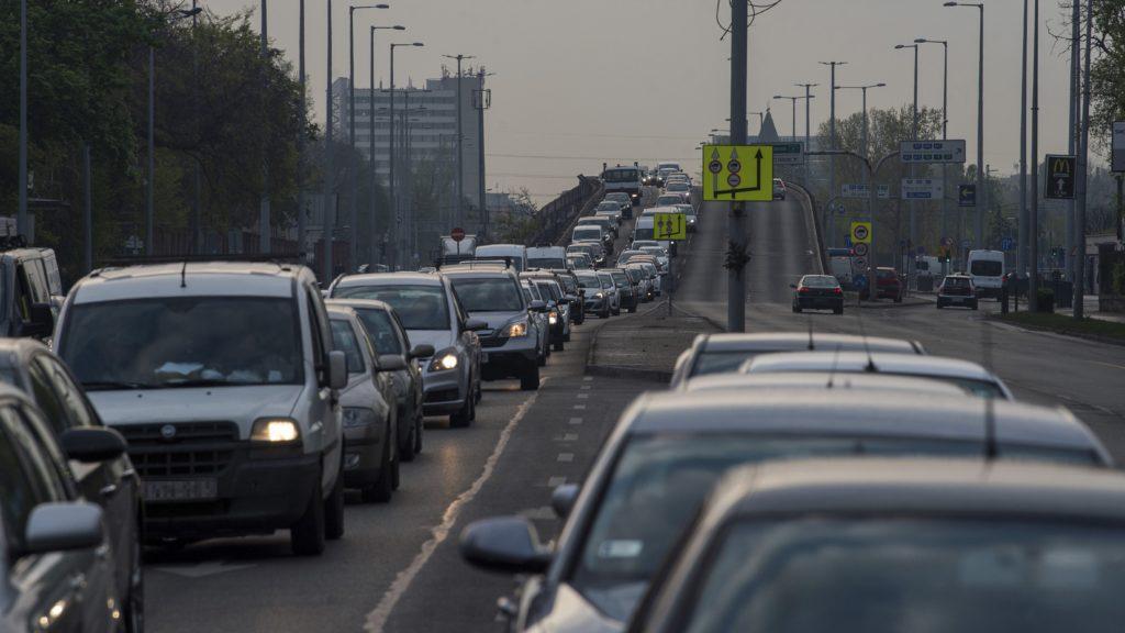 Gépjármûvek araszolnak a Nagyvárad téri metrómegálló közelében. (Fotó:MTI/Balogh Zoltán)