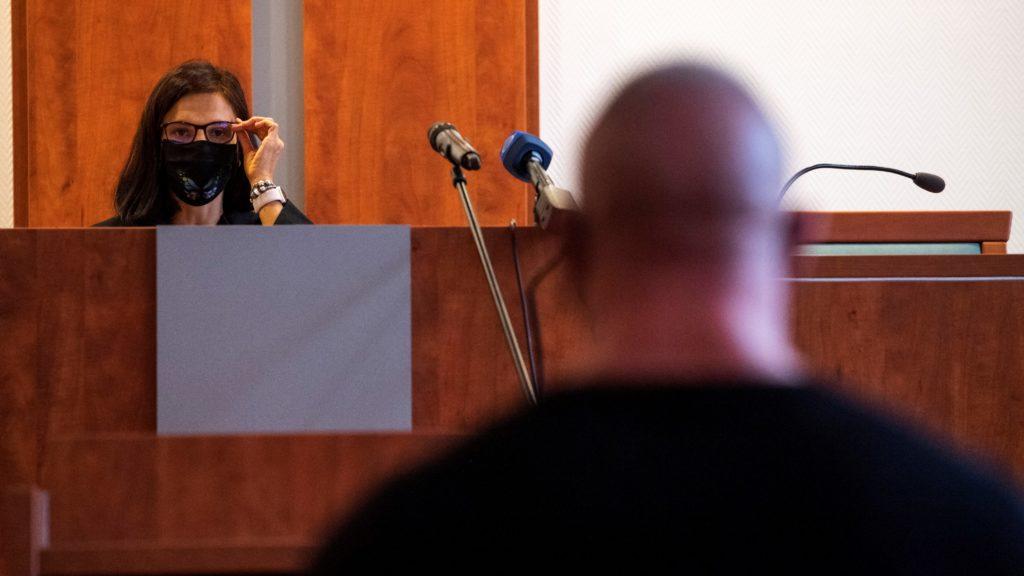 Varga Bea bírót hallgatja az elsõrendû vádlott M. Richárd az ellene és további két ember ellen a 2017 májusában a fõvárosi Dózsa György úton történt halálos közúti baleset ügyében indított büntetõper tárgyalásán a Pesti Központi Kerületi Bíróságon 2020. szeptember 30-án. A bíróság négy év fogházra ítélte elsõ fokon és véglegesen eltiltotta a jármûvezetéstõl M. Richardot halálos közúti baleset gondatlan okozása, valamint garázdaság és könnyû testi sértés miatt. (Fotó:MTI/Mónus Márton