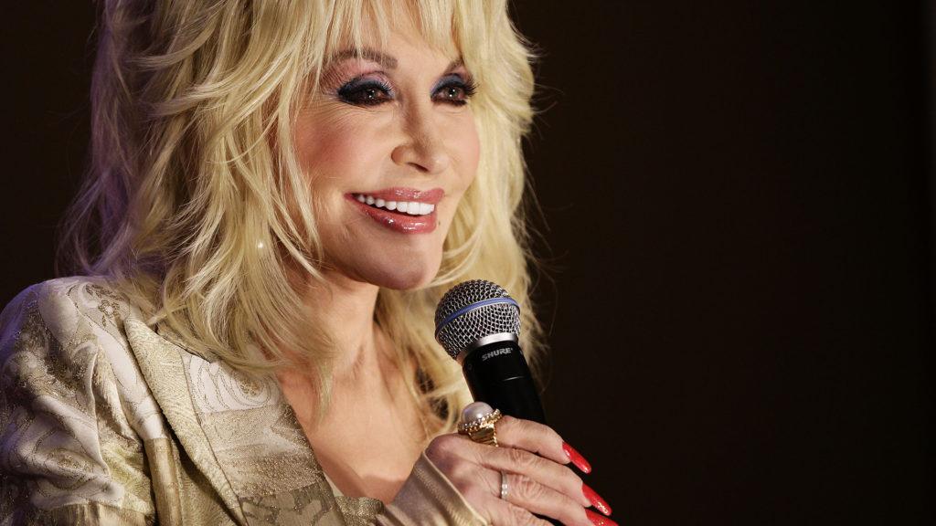 Dolly Parton 300 millió forinttal támogatta a koronavírus-vakcina kutatását