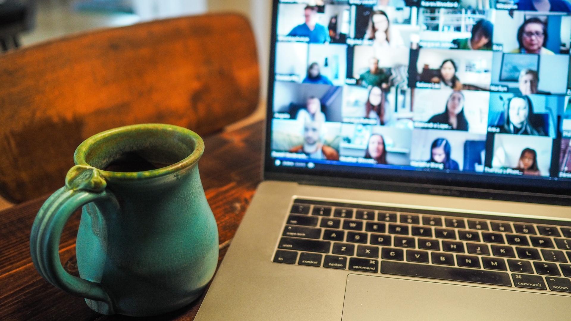 A home office miatt folyton online értekezlet megy