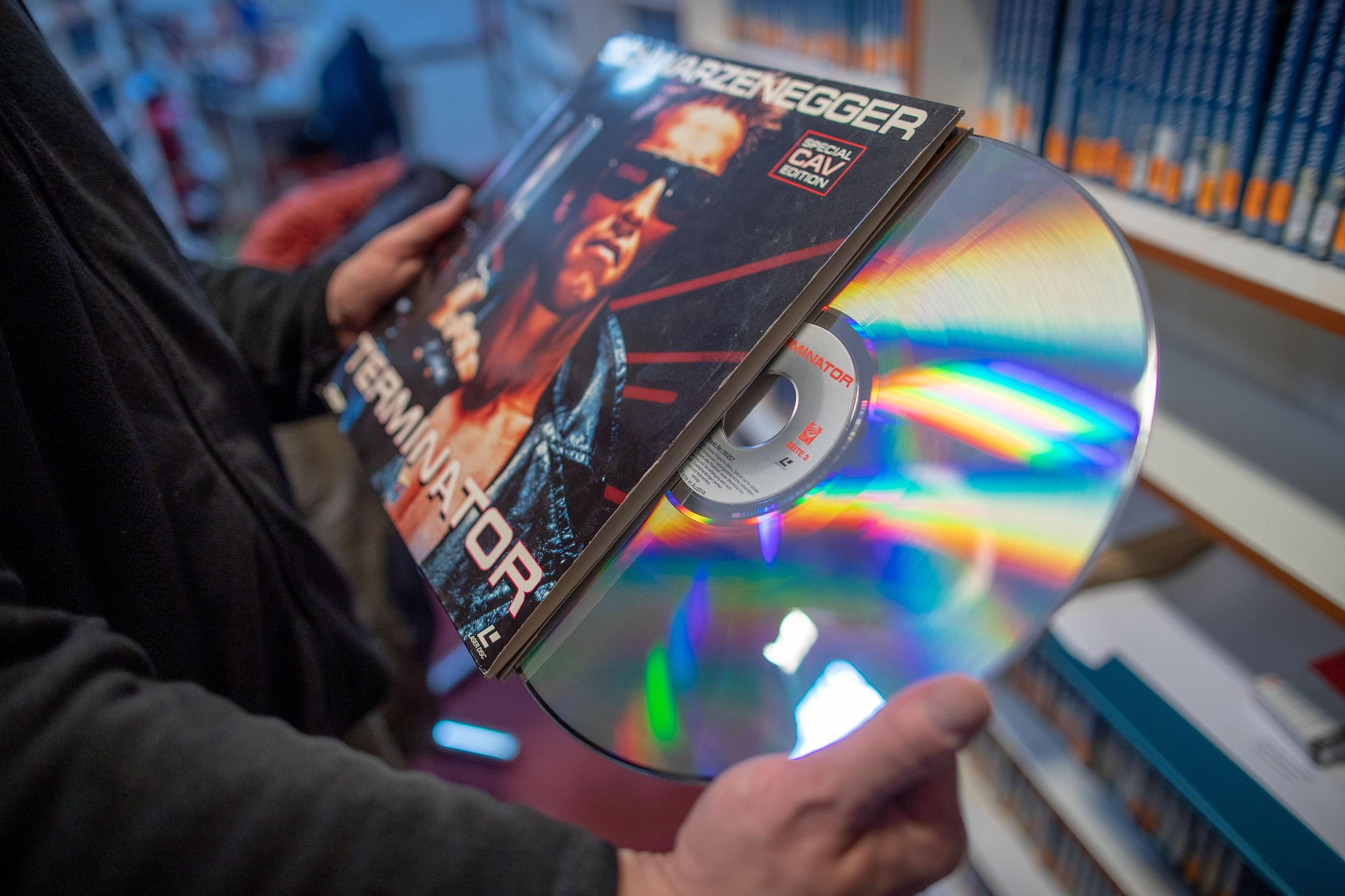 A Terminator egy LaserDiscen (fotó: Jens Büttner/picture alliance via Getty Images)