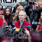 Rose McGowan beszédet tart a New York-i bíróság előtt, ahova Harvey Weinsteint zaklatási ügyei miatt beidézték