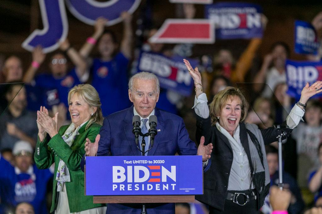 Joe Biden, felesége Jill Biden és testvére, Valerie Biden Owens 2020. márciusában, egy választási kampányeseményenn Los Angelesben.