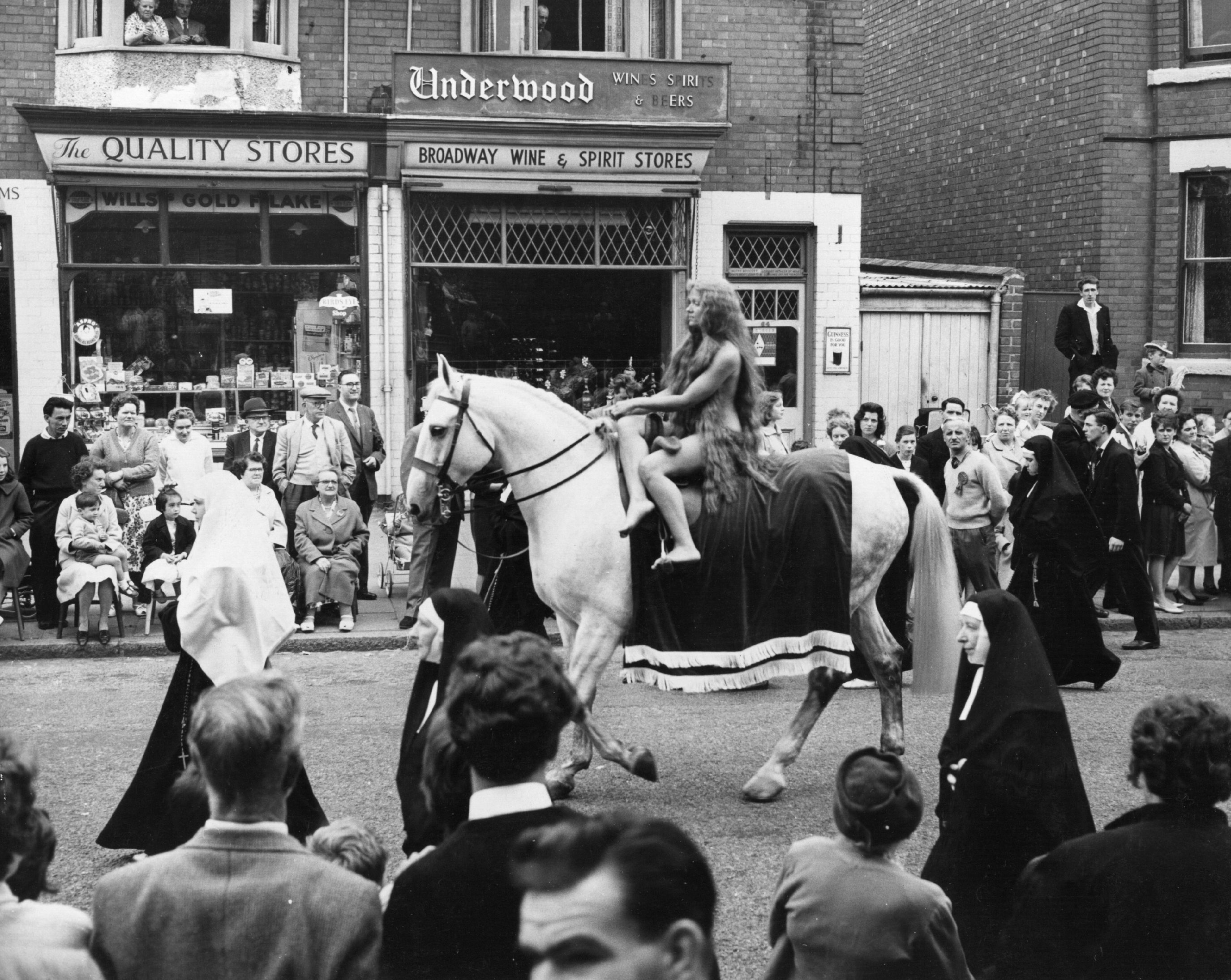Lady Godiva ruhátlan lovaglásának újrajátszása egy 1962-es coventry-i utcai karneválon (fotó: John Franks/Keystone/Getty Images)