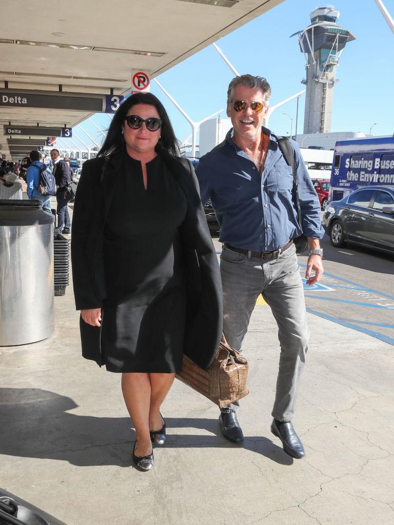 Pierce Brosnan s felesége, Keely Shaye Smith a reptéren is stílusosak