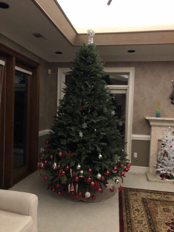 Karácsonyfa, amit csak alul díszített fel a gyerek
