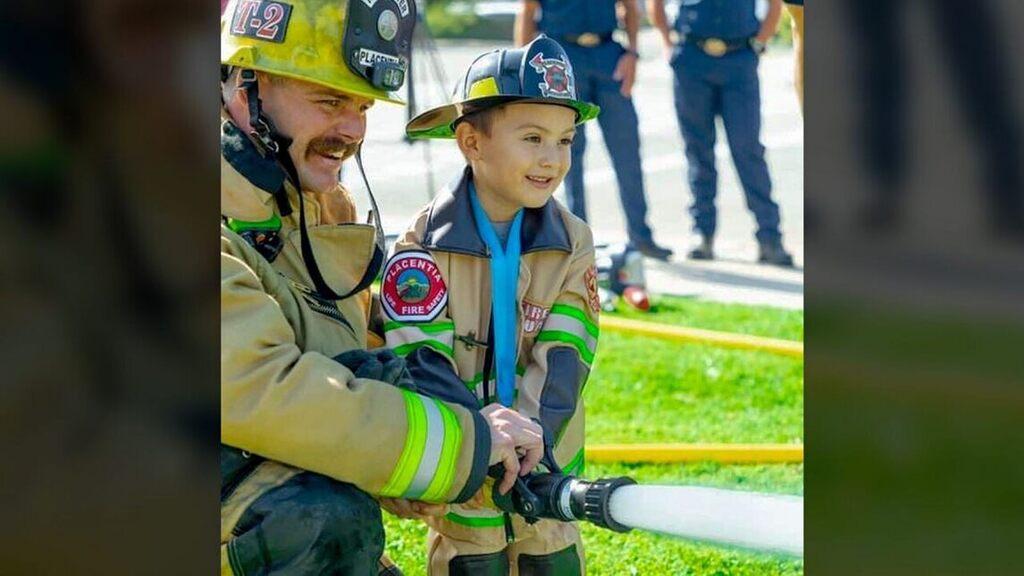 Mason még tűzoltóegyenruhát is kapott (Fotó: Placentia Fire Department)