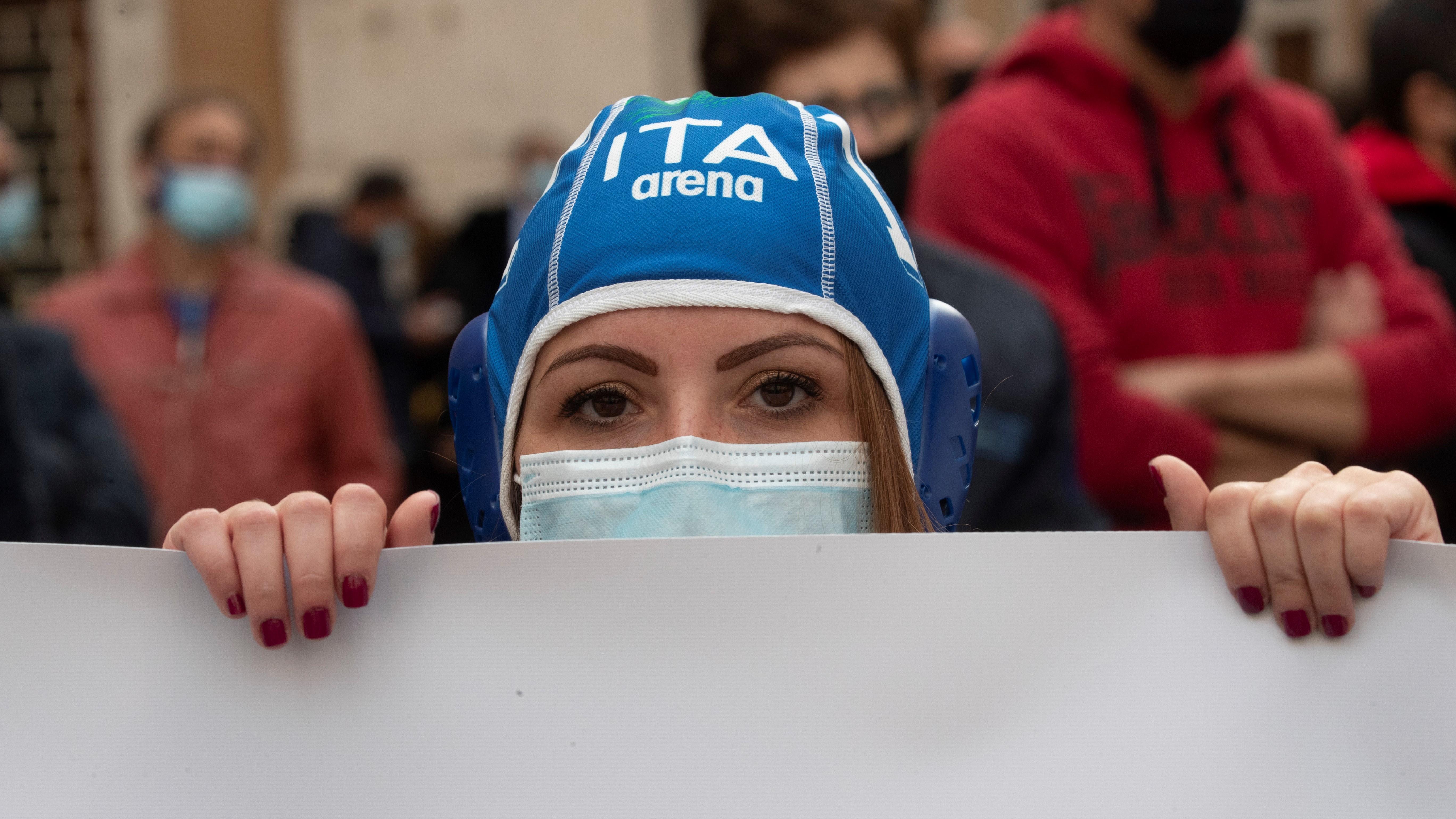 Róma, 2020. november 4.Vízilabdás sapkát és védőmaszkot viselő nő tüntet a koronavírus-járvány miatt bevezetett korlátozások ellen, amelyek része az edzőtermek és az uszodák bezárása Rómában 2020. november 4-én. (Fotó: MTI/AP/Alessandra Tarantino)