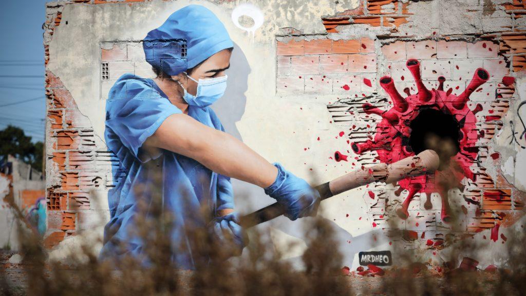 A portugál Mr.Dheo nevû utcamûvész alkotása egy Sofia nevû egészségügyi dolgozót ábrázol a koronavírus-járvány idején a portugáliai Vila Nova de Gaiában 2020. november 20-án. (Fotó: MTI/EPA/LUSA/José Coelho)