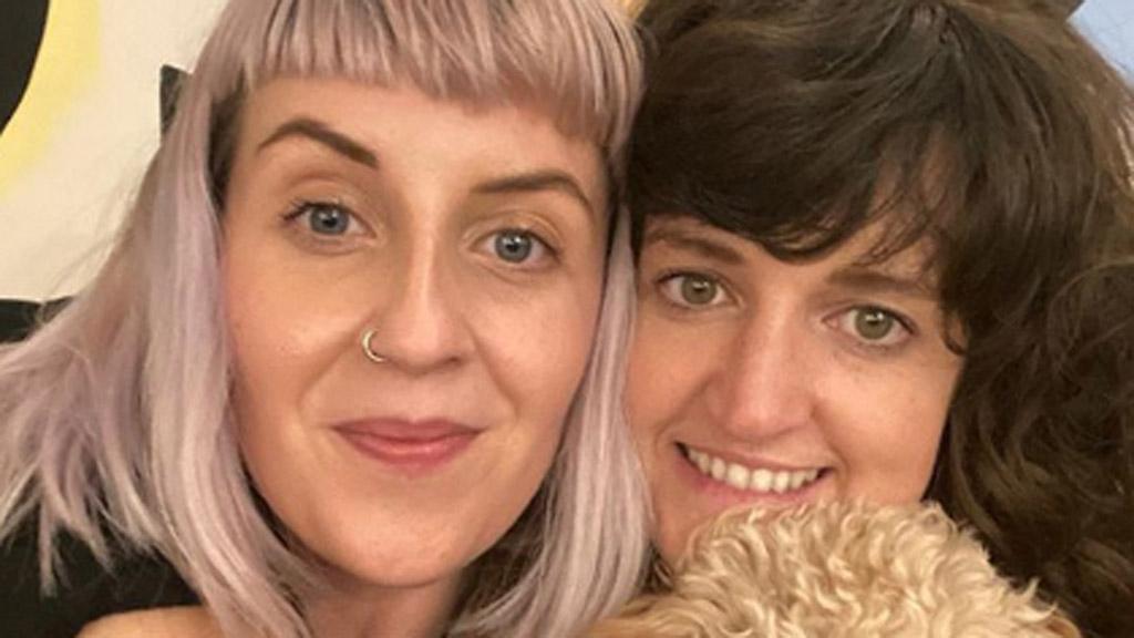 kiara és aimie, a feel good club tulajdonosai mosolyognak a kamerába