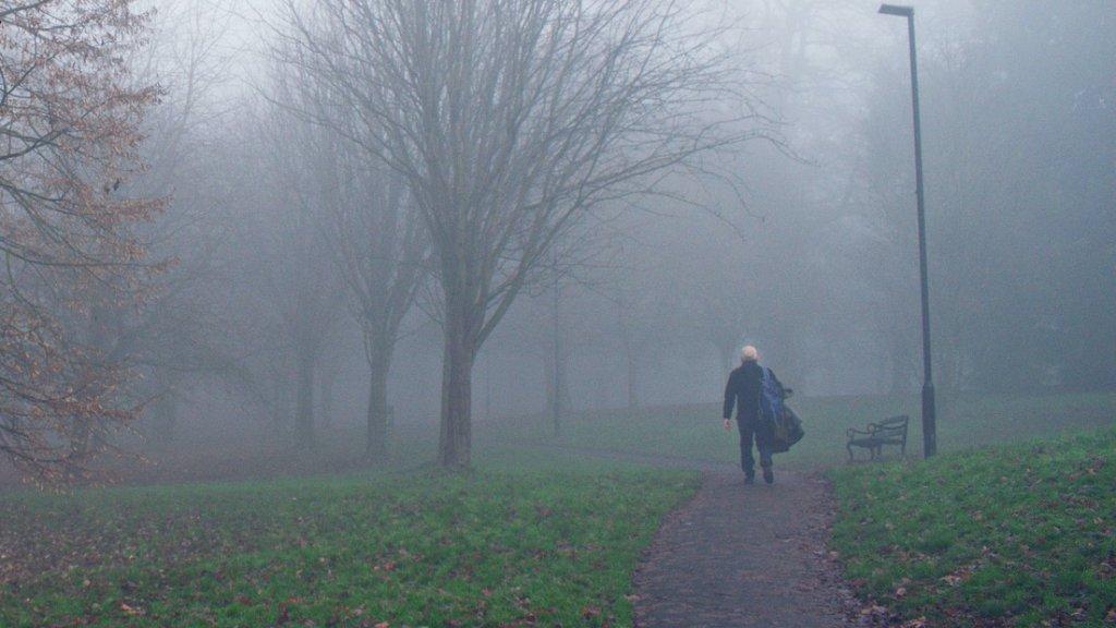 Férfi sétál a ködben