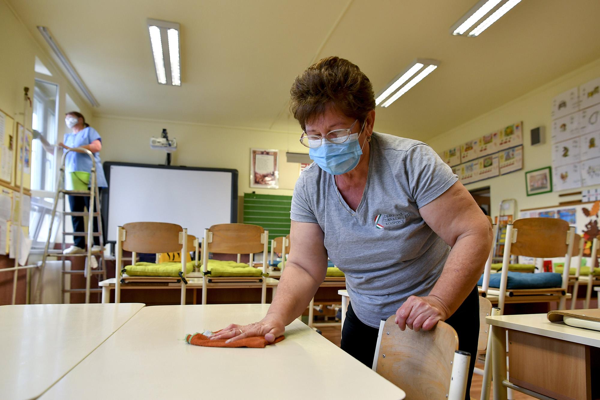 Fertőtlenítés a debreceni Szoboszlói Úti Általános Iskolában (fotó:MTI/Czeglédi Zsolt)