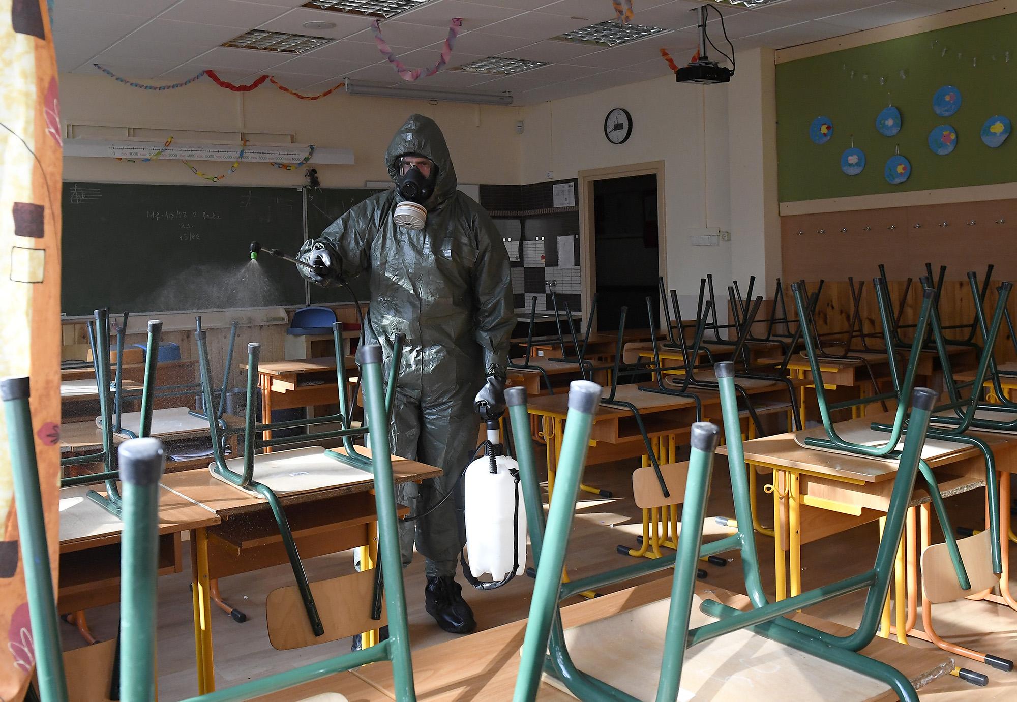 Koronavírus miatti fertőtlenítés egy iskolában