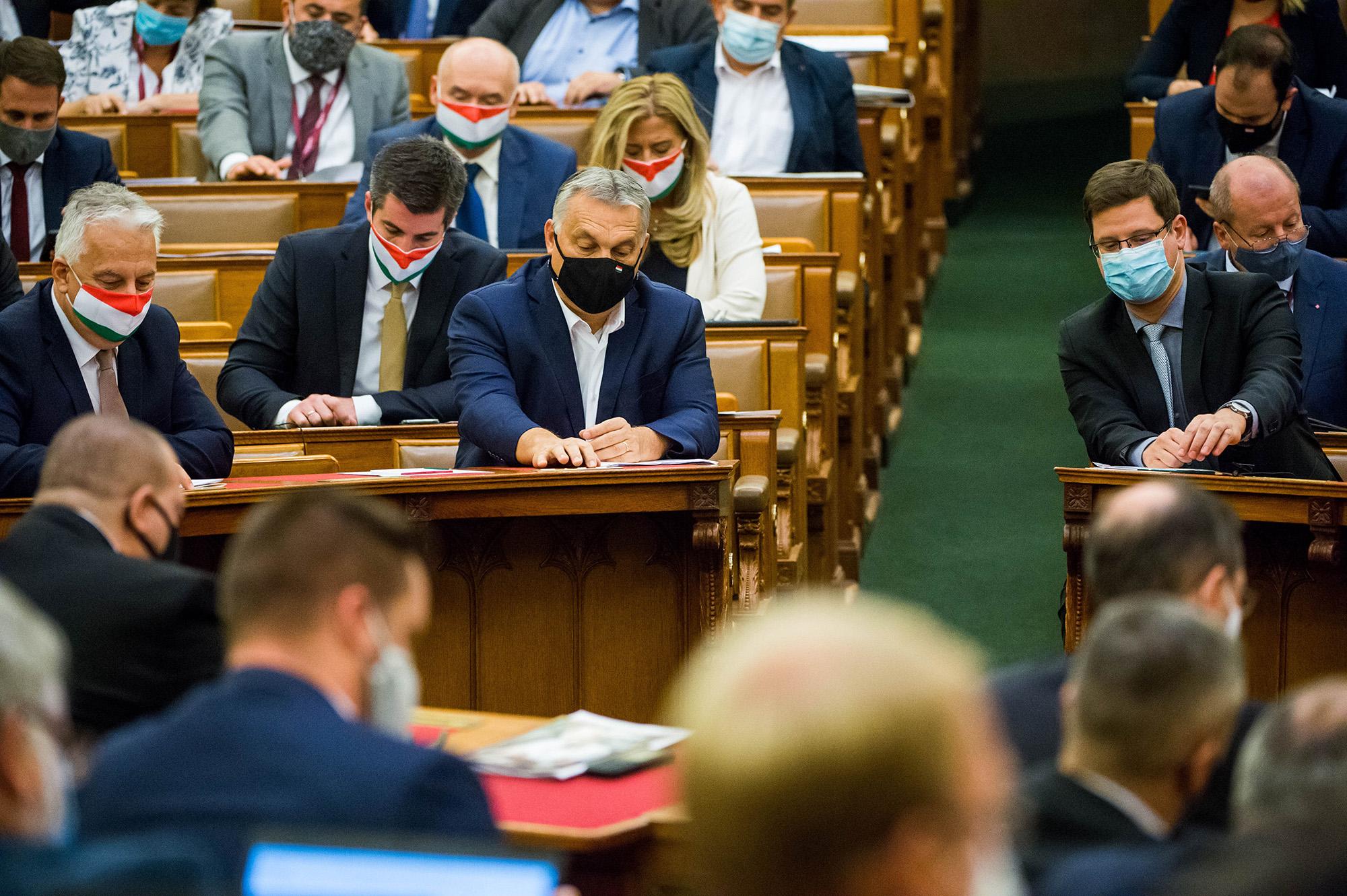 Budapest, 2020. november 10.Orbán Viktor miniszterelnök (k), Semjén Zsolt nemzetpolitikáért felelős miniszterelnök-helyettes (b) és Gulyás Gergely, a Miniszterelnökséget vezető miniszter (j) az Országgyűlés rendkívüli ülésén 2020. november 10-én.MTI/Balogh Zoltán
