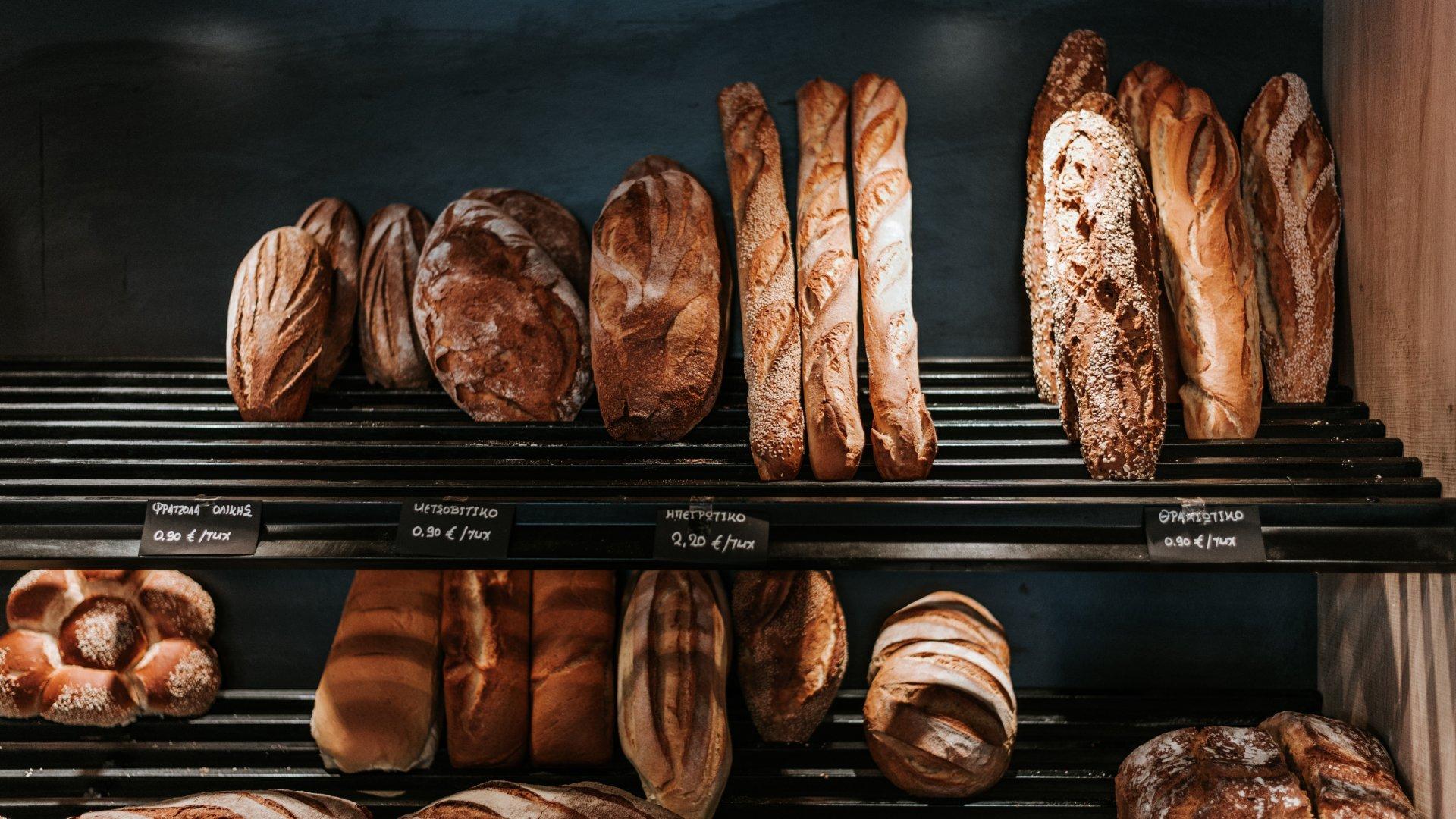 Pékáruk egy pékség kirakatában