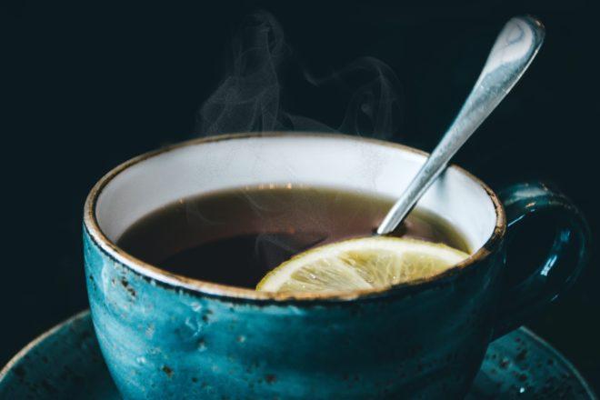 Gőzölgő tea kék csészében