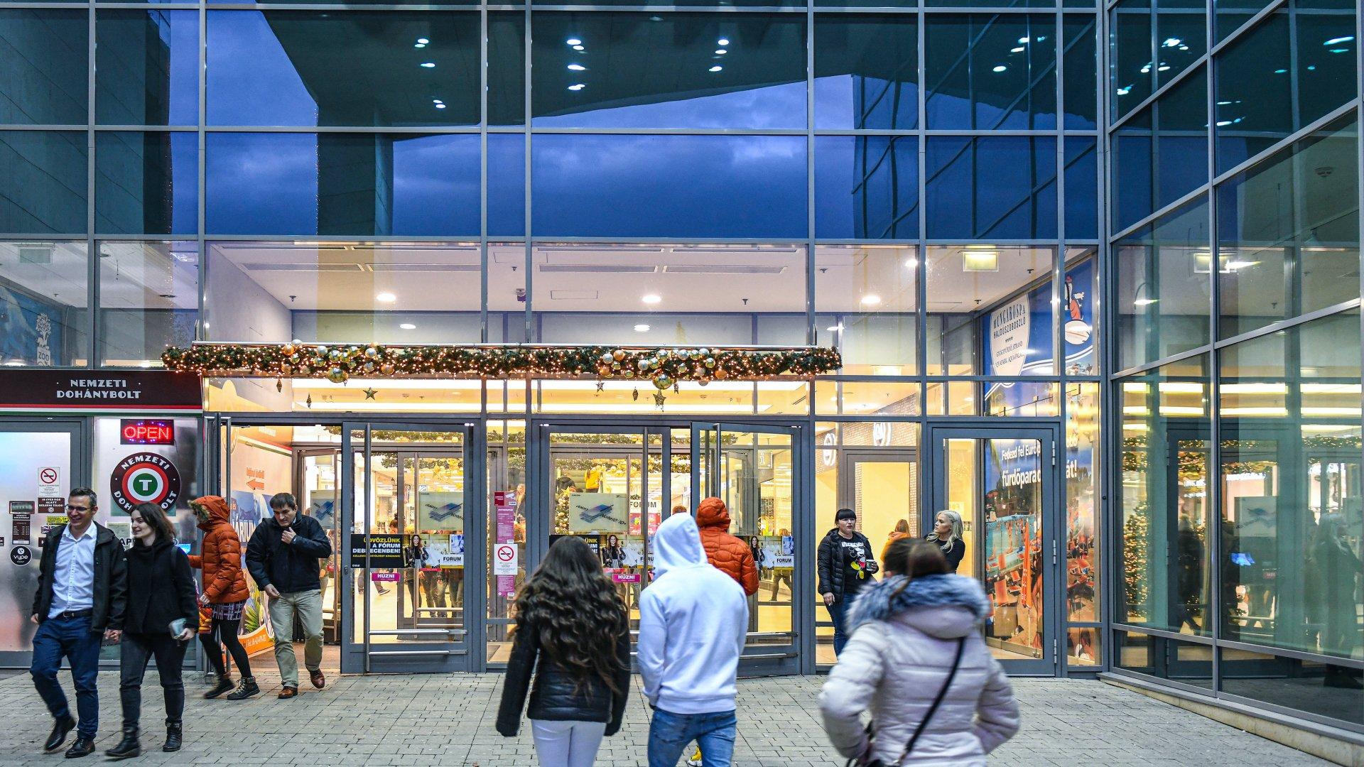 Vásárlók egy bevásárlóközpontnál